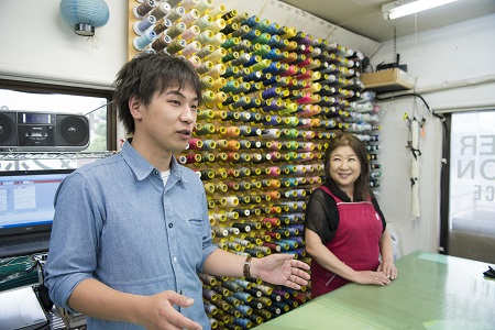 """""""25名縫い手が、月平均 400〜500点をつくるサンプル専門メーカー"""